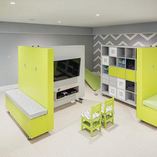 Exemple d'une grande chambre d'enfant de 4 à 10 ans tendance avec un mur gris et un sol en liège.
