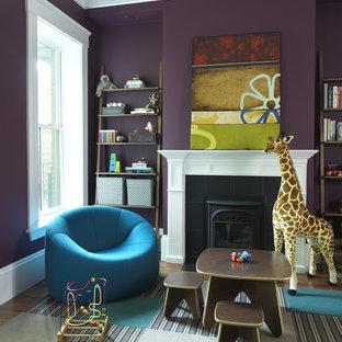 Modern inredning av ett könsneutralt barnrum kombinerat med lekrum, med lila väggar och heltäckningsmatta
