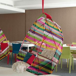 Стильный дизайн: огромная нейтральная детская с игровой в современном стиле с белыми стенами, полом из керамической плитки, бежевым полом, кессонным потолком и деревянными стенами для подростка - последний тренд