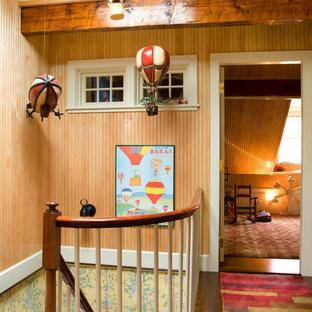 Foto di una cameretta per bambini classica di medie dimensioni con pareti beige e pavimento in legno massello medio