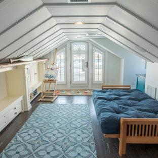 Imagen de dormitorio infantil de estilo americano, grande, con paredes grises, suelo de madera oscura y suelo marrón