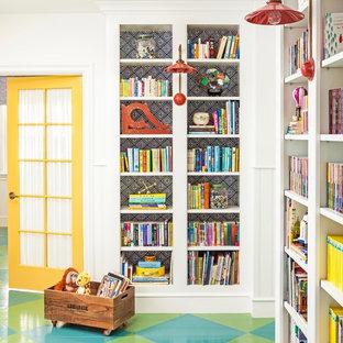 Mittelgroßes, Neutrales Landhausstil Kinderzimmer mit Spielecke, gebeiztem Holzboden, weißer Wandfarbe und buntem Boden in Los Angeles
