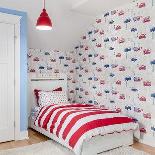 Réalisation d'une chambre d'enfant de 1 à 3 ans tradition de taille moyenne avec un mur multicolore et un sol en bois brun.
