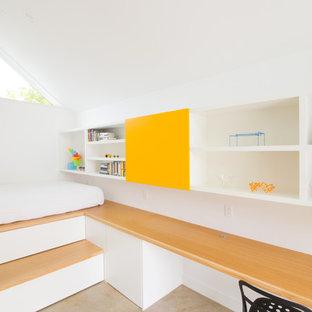 Inredning av ett modernt könsneutralt barnrum kombinerat med lekrum, med vita väggar och betonggolv