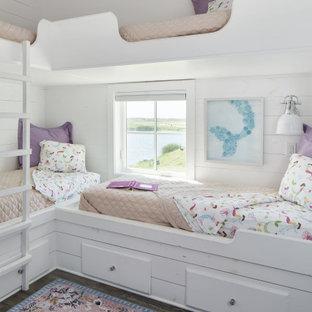 Пример оригинального дизайна: детская среднего размера в морском стиле с белыми стенами, полом из винила, коричневым полом, спальным местом и стенами из вагонки для девочки
