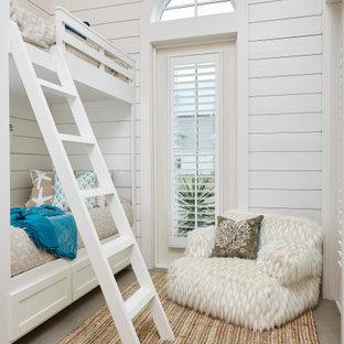 Foto di una cameretta per bambini da 4 a 10 anni stile marinaro con pareti bianche, pavimento grigio e pareti in perlinato