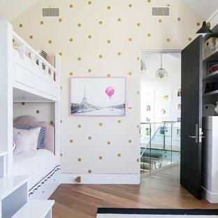 Idee per una cameretta per bambini da 4 a 10 anni classica con pareti beige, pavimento in legno massello medio e pavimento marrone
