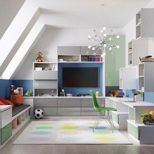 На фото: детская с игровой в современном стиле с разноцветными стенами и полом из керамогранита для ребенка от 4 до 10 лет, мальчика