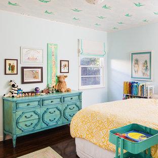 Diseño de dormitorio infantil ecléctico, de tamaño medio, con paredes azules, suelo de madera oscura y suelo marrón