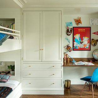 Idéer för ett mellanstort klassiskt könsneutralt tonårsrum kombinerat med sovrum, med mörkt trägolv, brunt golv och vita väggar