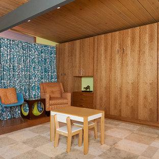 Foto di una cameretta per bambini minimalista di medie dimensioni con pareti verdi, pavimento in sughero e soffitto in legno