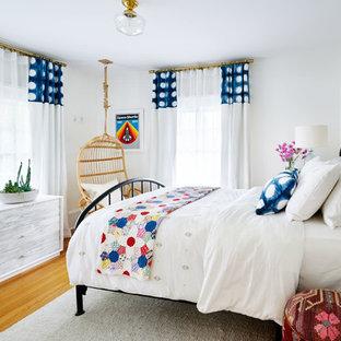 Idee per una cameretta per bambini bohémian di medie dimensioni con pareti bianche e pavimento in legno massello medio