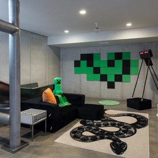 Modern inredning av ett mellanstort pojkrum kombinerat med lekrum och för 4-10-åringar, med grå väggar, betonggolv och grått golv