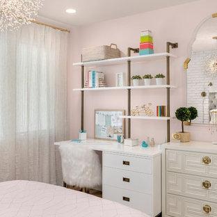 Ejemplo de dormitorio infantil contemporáneo con escritorio y paredes rosas