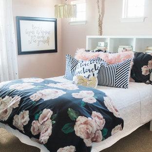 Стильный дизайн: детская среднего размера в стиле шебби-шик с спальным местом, розовыми стенами, ковровым покрытием и коричневым полом для подростка, девочки - последний тренд