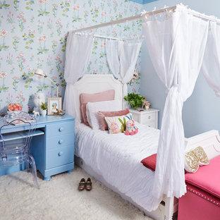 Cette photo montre une grand chambre d'enfant de 4 à 10 ans romantique avec moquette et un mur multicolore.