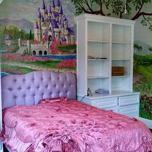 Foto di una cameretta per bambini da 4 a 10 anni tradizionale di medie dimensioni con pareti multicolore e parquet scuro