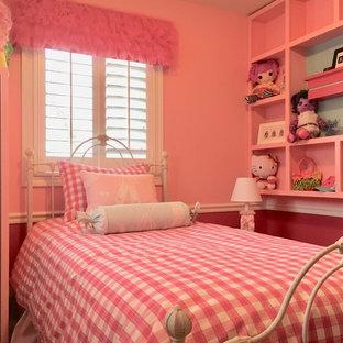 Esempio di una piccola cameretta per bambini da 4 a 10 anni tradizionale con pareti rosa e parquet scuro