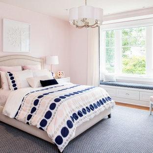 Modelo de dormitorio infantil tradicional renovado, grande, con suelo de madera en tonos medios y paredes rosas