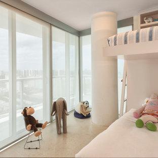 Неиссякаемый источник вдохновения для домашнего уюта: маленькая детская в современном стиле с спальным местом, белыми стенами и полом из известняка для ребенка от 4 до 10 лет