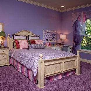 Klassisk inredning av ett barnrum kombinerat med sovrum, med lila väggar, heltäckningsmatta och lila golv