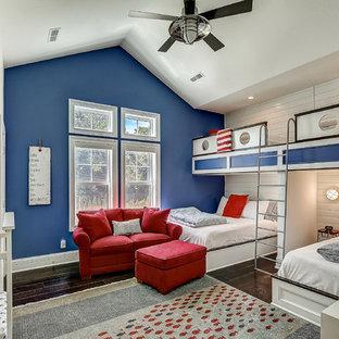 Ispirazione per un'ampia cameretta per bambini da 4 a 10 anni costiera con parquet scuro e pareti blu