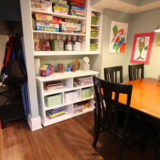 Idéer för ett litet klassiskt könsneutralt barnrum kombinerat med lekrum, med klinkergolv i keramik och grå väggar