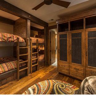 Ispirazione per una grande cameretta per bambini american style con pavimento in legno massello medio