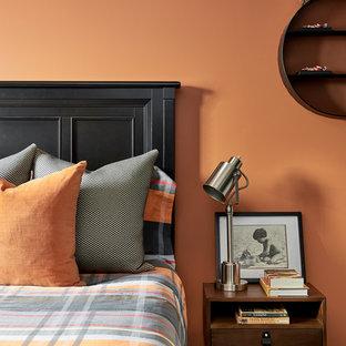 Foto di una cameretta per bambini chic con pareti arancioni, pavimento in legno massello medio e pavimento marrone