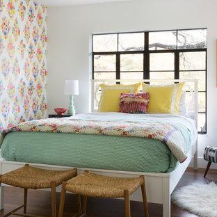 Ispirazione per una cameretta per bambini bohémian con pareti multicolore, parquet scuro e pavimento marrone