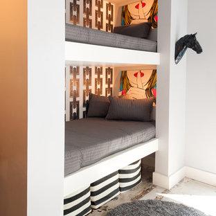 Foto på ett funkis barnrum kombinerat med sovrum, med flerfärgade väggar och betonggolv