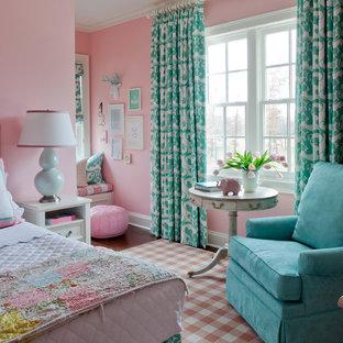 Bild på ett stort vintage flickrum kombinerat med sovrum och för 4-10-åringar, med rosa väggar och heltäckningsmatta