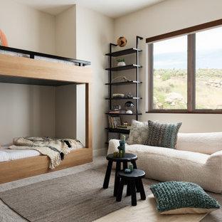 Mittelgroßes, Neutrales Uriges Kinderzimmer mit Spielecke, Teppichboden, grauem Boden und beiger Wandfarbe in Sonstige