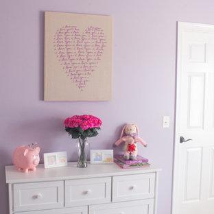 Réalisation d'une petit chambre d'enfant de 4 à 10 ans tradition avec un mur violet et moquette.