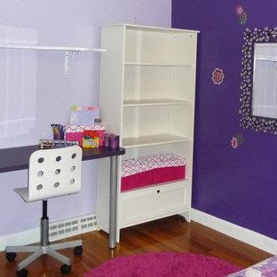 На фото: маленькая детская в стиле модернизм с спальным местом, фиолетовыми стенами и паркетным полом среднего тона для ребенка от 4 до 10 лет, девочки с
