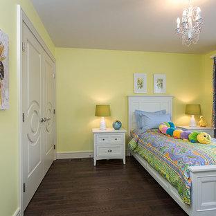 Immagine di una cameretta per bambini da 4 a 10 anni tradizionale di medie dimensioni con pareti verdi, parquet scuro e pavimento marrone
