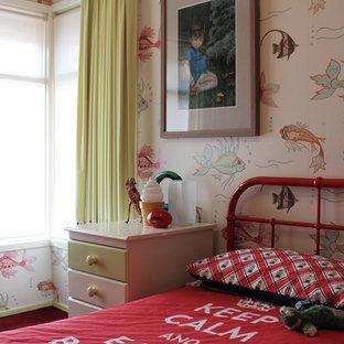 Idéer för ett mellanstort eklektiskt könsneutralt barnrum kombinerat med sovrum och för 4-10-åringar, med flerfärgade väggar, heltäckningsmatta och rött golv