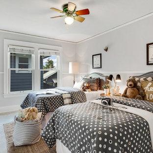 Immagine di una grande cameretta per bambini da 4 a 10 anni stile americano con pareti grigie, moquette e pavimento grigio