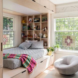 Ejemplo de dormitorio infantil clásico renovado con paredes blancas, suelo de madera clara y suelo beige