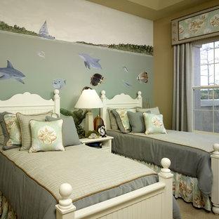 Ispirazione per una cameretta per bambini tropicale con pareti beige, moquette e pavimento beige