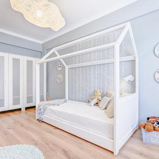 Neutrales Nordisches Kinderzimmer mit Schlafplatz, blauer Wandfarbe, hellem Holzboden und beigem Boden in Sonstige