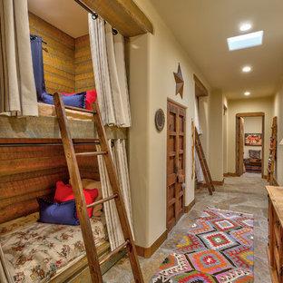 Immagine di una grande cameretta per bambini da 4 a 10 anni american style con pareti beige, pavimento in ardesia e pavimento multicolore