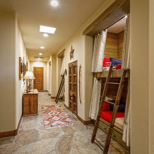 Ispirazione per una grande cameretta per bambini da 4 a 10 anni american style con pareti beige, pavimento in ardesia e pavimento multicolore