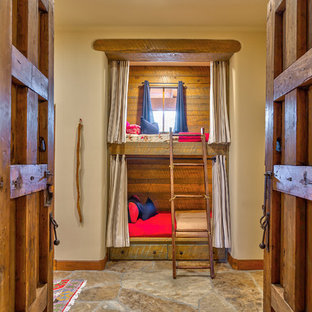 Inspiration för stora amerikanska könsneutrala barnrum kombinerat med sovrum och för 4-10-åringar, med beige väggar, skiffergolv och flerfärgat golv
