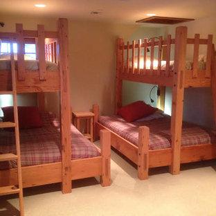 Immagine di una cameretta per bambini da 4 a 10 anni stile americano di medie dimensioni con pareti beige e moquette