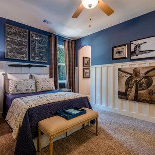 Diseño de dormitorio infantil clásico con paredes azules, moqueta y suelo beige