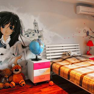 Kleines Modernes Kinderzimmer mit dunklem Holzboden, Schlafplatz, bunten Wänden und rotem Boden in Sonstige