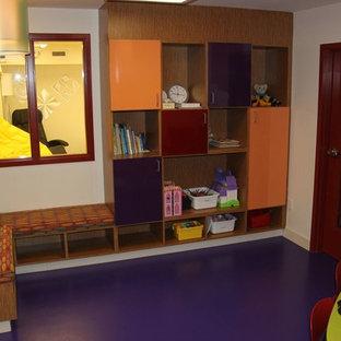 Inspiration för stora moderna könsneutrala barnrum kombinerat med lekrum, med vita väggar och lila golv