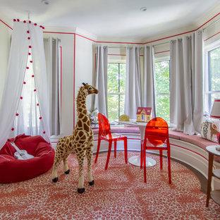 Klassisches Kinderzimmer mit Spielecke, beiger Wandfarbe, Teppichboden und rotem Boden in Chicago