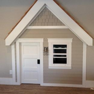 Inspiration för ett litet vintage könsneutralt småbarnsrum kombinerat med lekrum, med beige väggar och ljust trägolv